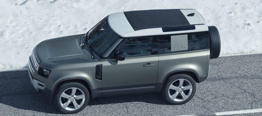 Land Rover Defender 2020 gris en la carretera con nieve