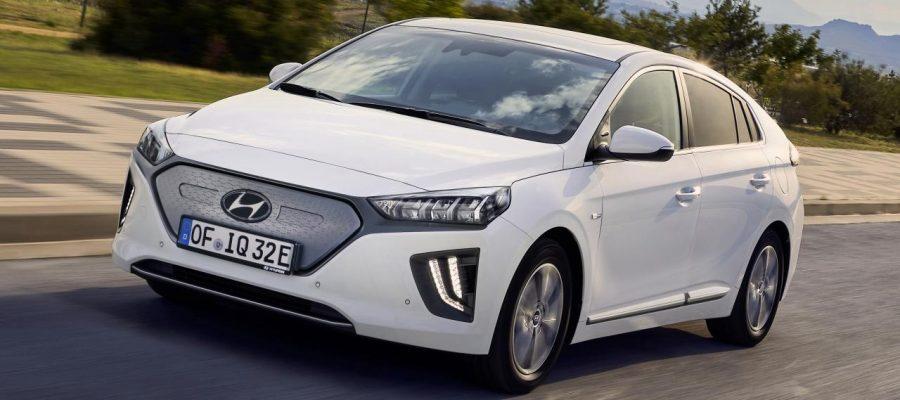 Hyundai Ioniq Electric 2020 por las calles a un lado de un parque